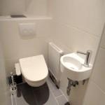 WC mit Washlet und Handwaschbecken